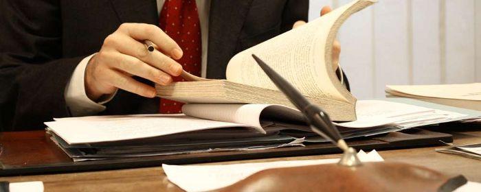 Фото юриста изучающего нормативный акт