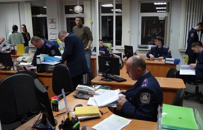 Полиция в офисе компании